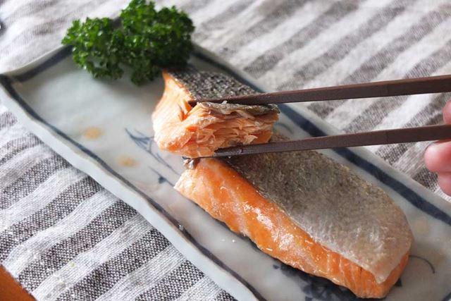 鮭は口の中でうまみが広がり、上々のおいしさ。切り身の両側までしっかり火が通っていました