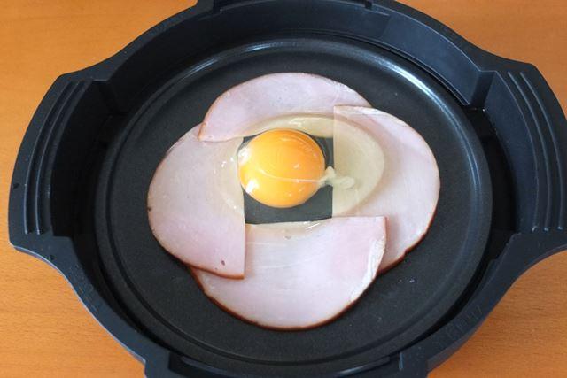 ハムの丸い部分を外側にするように井桁状に並べると真ん中が空くので、そこに卵を割り入れます