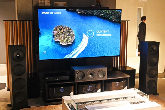 IMAX Enhanced認証デバイスでIMAX Enhanced対応コンテンツを再生するデモンストレーションの様子