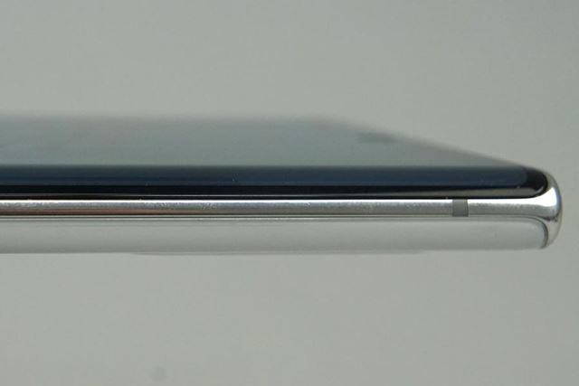 約7.9mmという薄さは圧巻。手にした際の印象はスペック値以上に薄く感じる