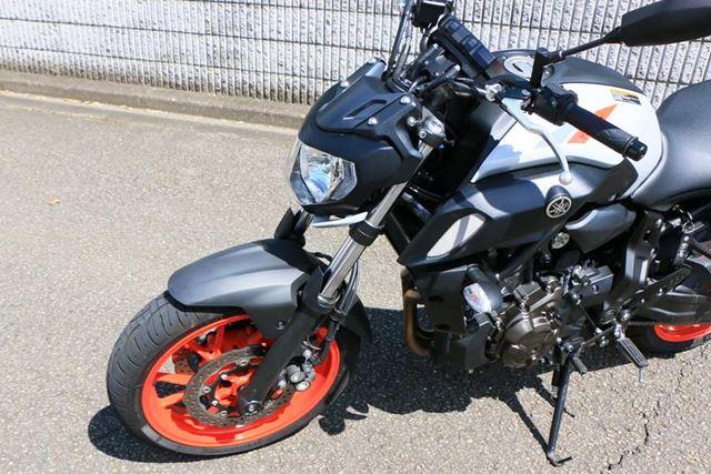 このクラスのスポーツバイクとしては決して太くない正立式のフロントフォークを採用