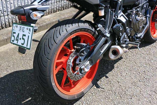 リアタイヤのサイズは180/55ZR17。ブレーキは一般的なシングルディスク