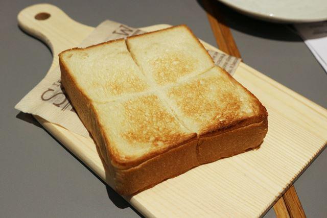 焼き上がった生食パンにはおいしそうな焼き色が!