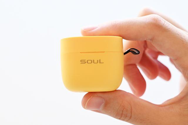 専用ケースは指でつまんで持ち運べるほどのコンパクトサイズ。小さくてとってもかわいい