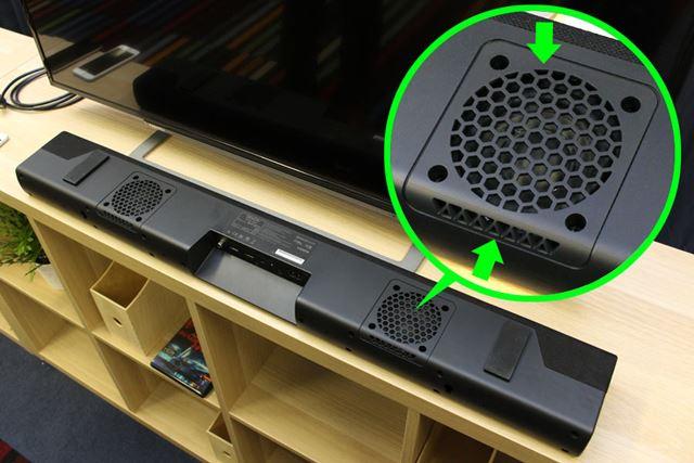 本体をひっくり返して裏面を見てみると、ウーハー設置ポイントの底面と背面の両方にポートが空いている