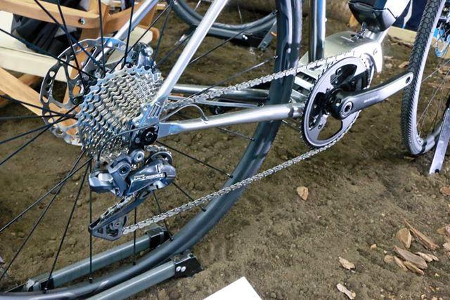 コンポーネントは、ロードバイク用の上から2つ目のグレードとなる「アルテグラ」を装備。後12段変速となる