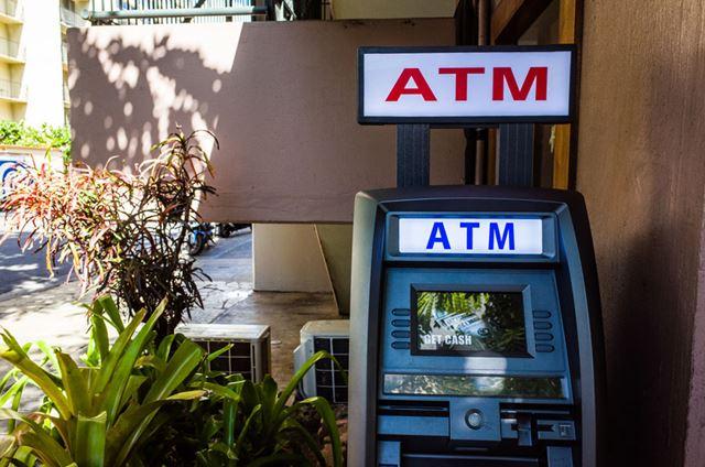 海外のATMで現地通貨を引き出せるのが、デビットカードのメリットのひとつ