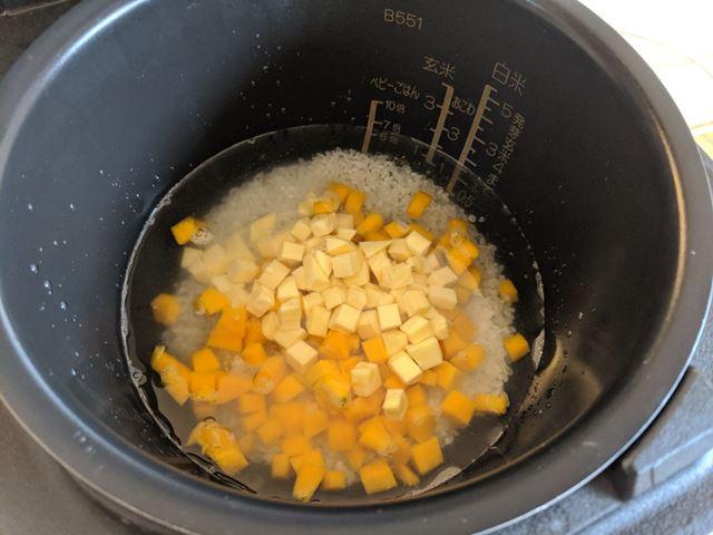 洗ったお米、材料を入れ、「5倍」の目盛りまでこんぶダシを入れる