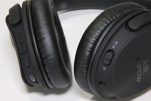 音量調整などのボタンは右側に、ノイズキャンセリング機能ON/OFFのスイッチは左側に用意されている