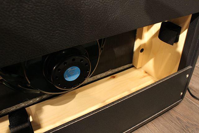 新型デジデラはコンパクトでいて強力なスピーカーを搭載。パイン材の明るい色合いや木目も印象的