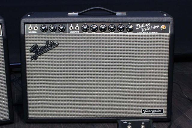 最新超多機能デジタルギターアンプとは全く異なるたたずまい……というかデラリバそのものなルックス
