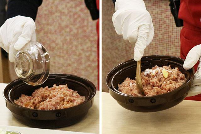 クッキングプレートに豚挽き肉と調味料(めんつゆ、しょうが、塩、こしょう、片栗粉)を入れて混ぜます