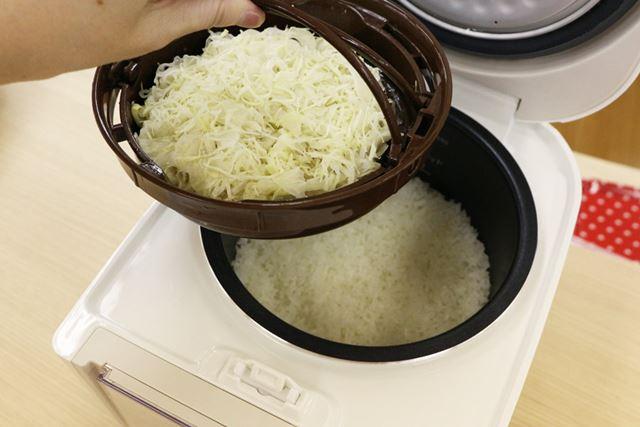 クッキングプレートを持ち上げると、内釜に白いごはんが炊けています