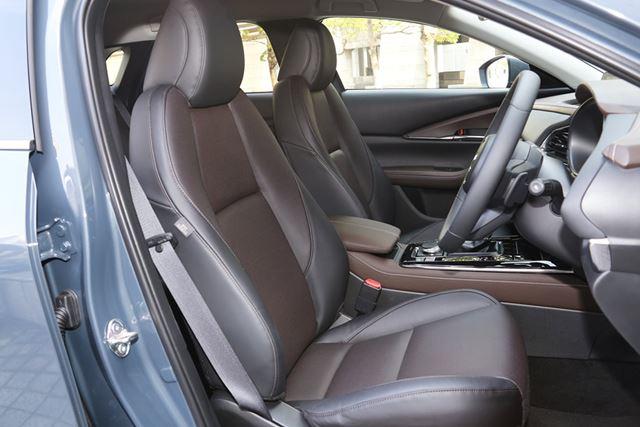 マツダ「CX-30」のフロントシート