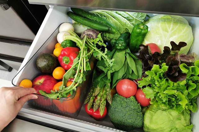 野菜室には区分け用のケースを用意。使いかけ野菜や、サイズの小さな野菜を見失ってしまうのを防げます