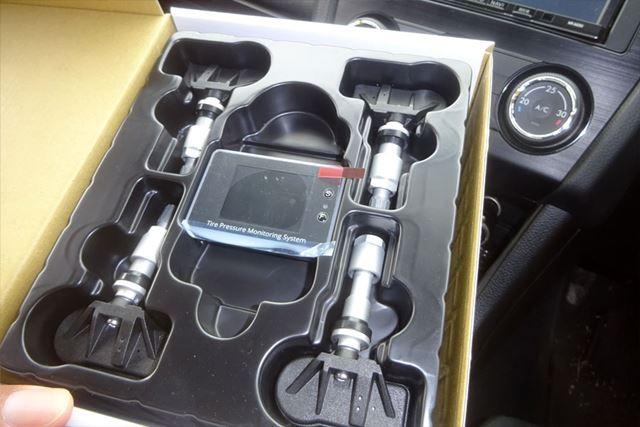 モニター本体、配線、各タイヤに装着するセンサー、ネットなどがセットになっています