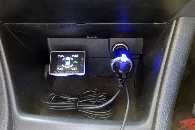 シガーライターソケット、またはUSBポートから電源を取るだけで接続完了。あとは好きな場所へ固定します