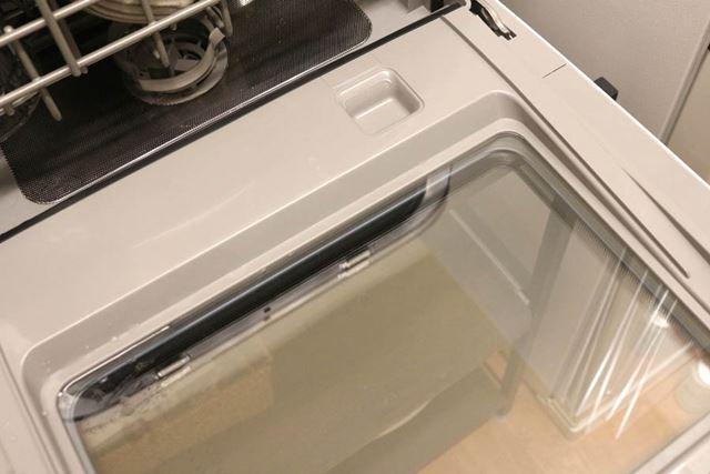洗剤投入場所は扉を開いた右側にあり、洗剤を入れた状態で扉を閉めれば投入されます