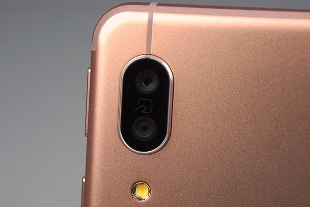 メインカメラは、標準、広角という組み合わせのデュアルカメラとなった