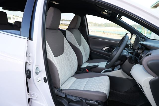 新型「ヤリス」のフロントシートは体をしっかりと支えてくれて、サポート性がいい