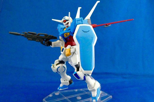 大きな青いシールドも特徴的。武装はビーム・ライフル