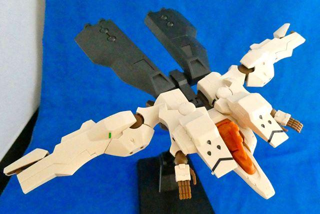 飛行形態にチェンジ。大型ブースターもあいまって大きな戦闘機のようになります