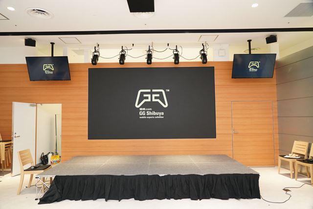 モニター前はステージを設置してイベントやeスポーツの大会なども行えます