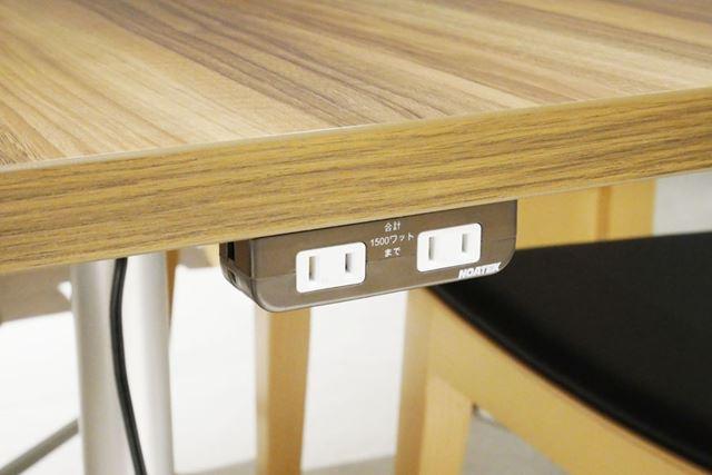 電源を備えるテーブル席なら、バッテリーを気にせずスマホでゲームをしたり、ノートPCで作業が可能