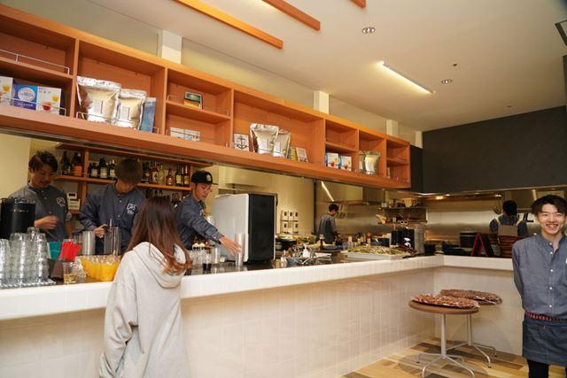 調理しているところが見えるオープンキッチン