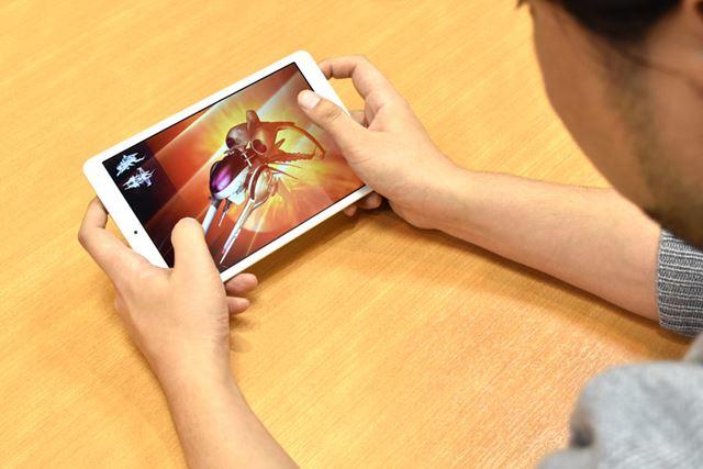 ゲームアプリで遊ぶ際も、携帯ゲーム機のようなサイズ感で操作しやすい