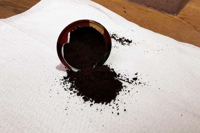 カプセル(レギュラー)を開けてみると、細挽きのコーヒーがたっぷりつまっています