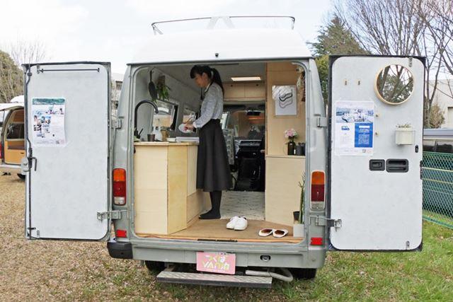 腰を曲げずに車内で立てるので、生活には困らない。キッチンも装備され、内装もかなり豪華。ベッドは収納式