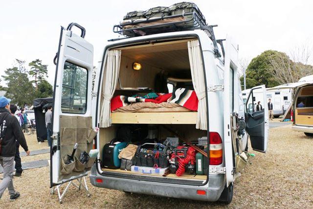 後部のドアを開くと、居住空間が! 上部がベッド、下部に仕事道具を積むスペースとなっている