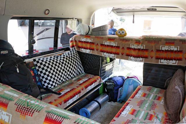車体後部のリビングスペースは、展開するとベッドになる