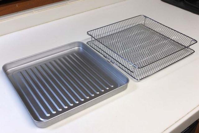 本機には平らな焼き網と脚付きの焼き網(奥)、オーブン調理などに使う天板(手前)が付属しています