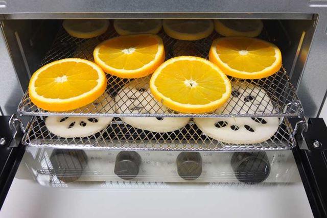 通常の焼き網と脚付きの焼き網を2段重ねにすることで、2段で温風乾燥できます