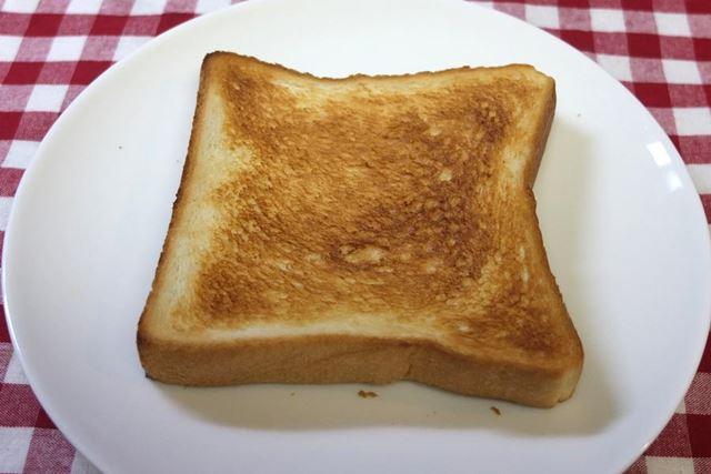 冷凍した食パンの焼き上がり。冷凍しない食パンより、焼き色が少し濃くついています