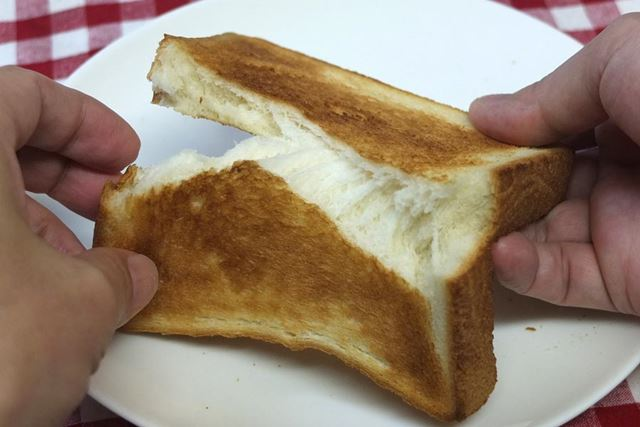 手で割ってみると、中は冷凍しないパン同様もっちりとした粘りを感じました