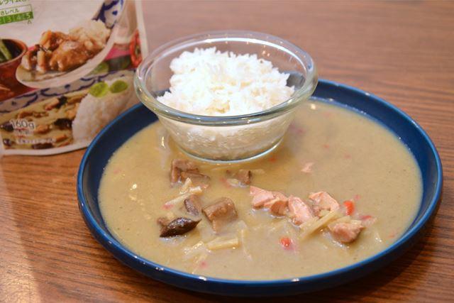 茶色に近い緑色。タケノコ、赤ピーマン、揚げナスと鶏肉が入っています