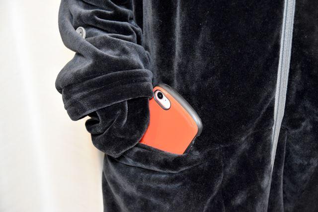 これがポケット。ケースを装着した「iPhone 8」がすっぽり入りました