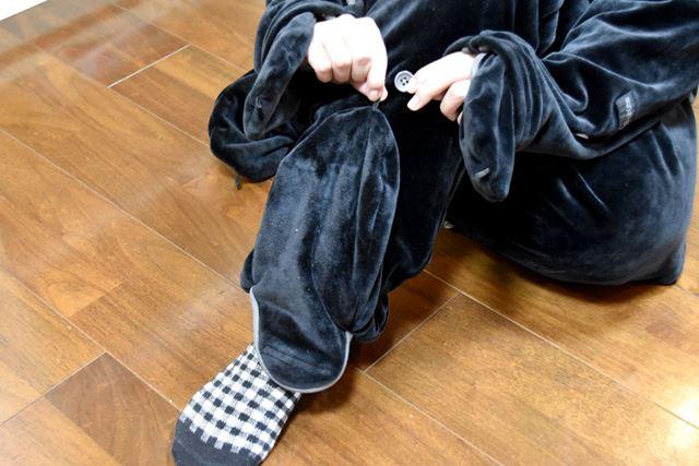 ズボンのようにする場合は、膝側についているボタンで固定