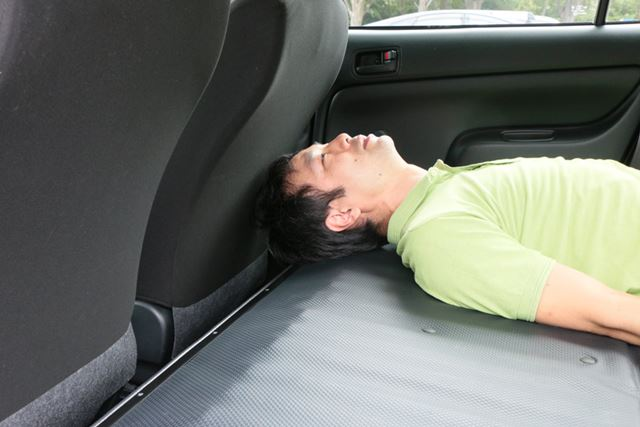 荷室長は足りているが、後頭部に逆向きの傾斜があり、このまま寝るのは若干違和感がある