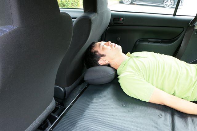 そんな落ち着かない頭の状態を解決するには、枕! 枕を使えば違和感なく寝られる