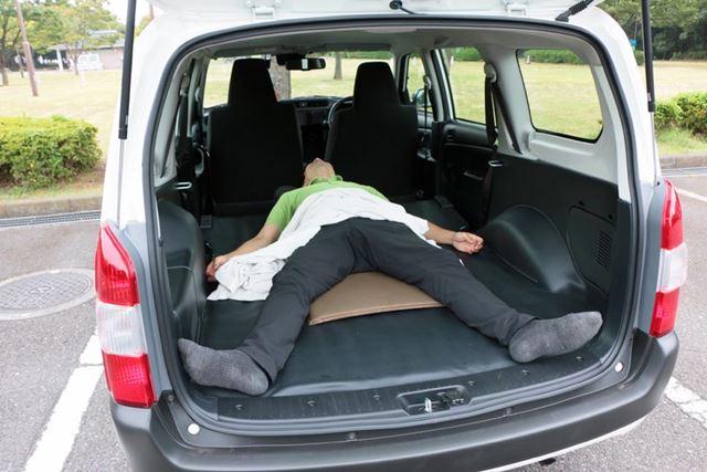まっすぐ縦に寝転べば大人2人が横になれるほどの広さがあるので、ひとりなら大の字で寝るのも余裕!