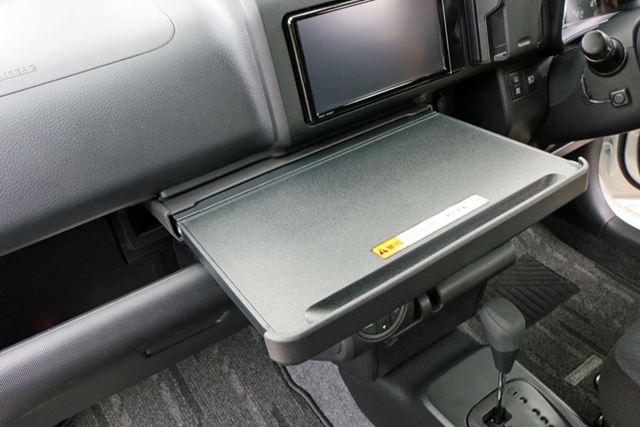 食事する際に使用できそうな引き出し式のテーブルが、運転席と助手席の間にある