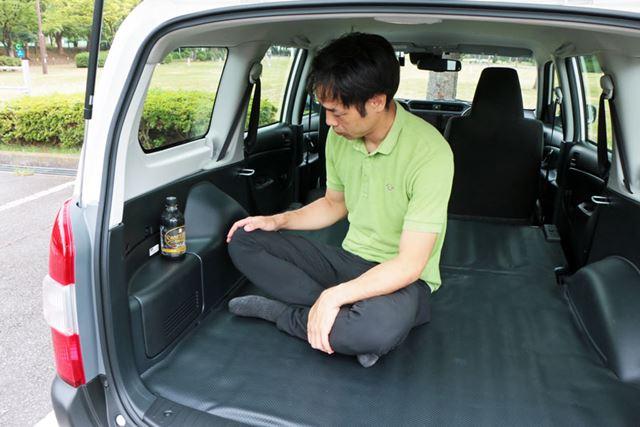 飲み物や汁物を床に置くのが不安なら、タイヤハウス横の平らになったスペースを使うのもよさそう