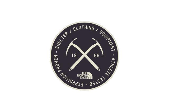 交差するアイスアックスが描かれた丸型のステッカー「TNFプリントステッカー(アックス)」