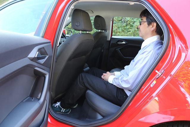 後席は、足下空間や頭上空間が広いものの、シート座面がフラットで少し座りづらい