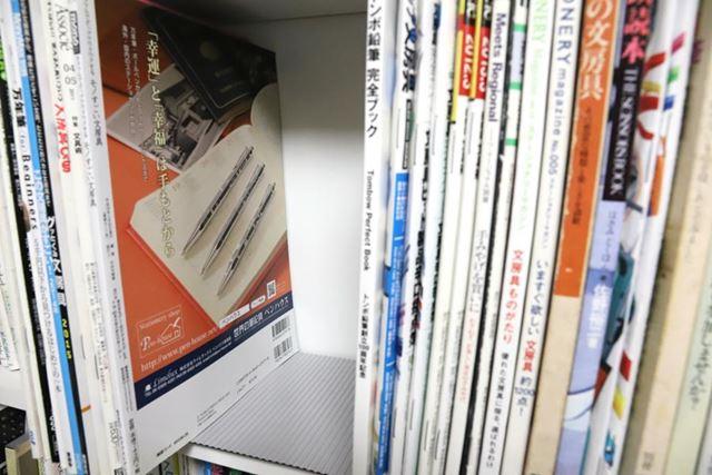 シートを敷くと、書籍やファイルが溝に引っかかってピタリとストップ