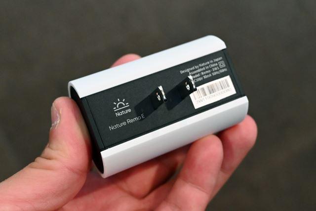 背面にコンセントプラグ、側面にリセットボタンだけを配置した非常にシンプルなパッケージ